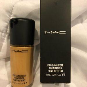 MAC prolong wear foundation: NC40